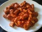 Fritada de pollo y longanizas en salsa de tomate